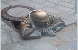 هذه قصة تمثال عامل النظافة في السلوفاكية