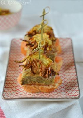 montadito de tortilla de alcachofa con sus chips