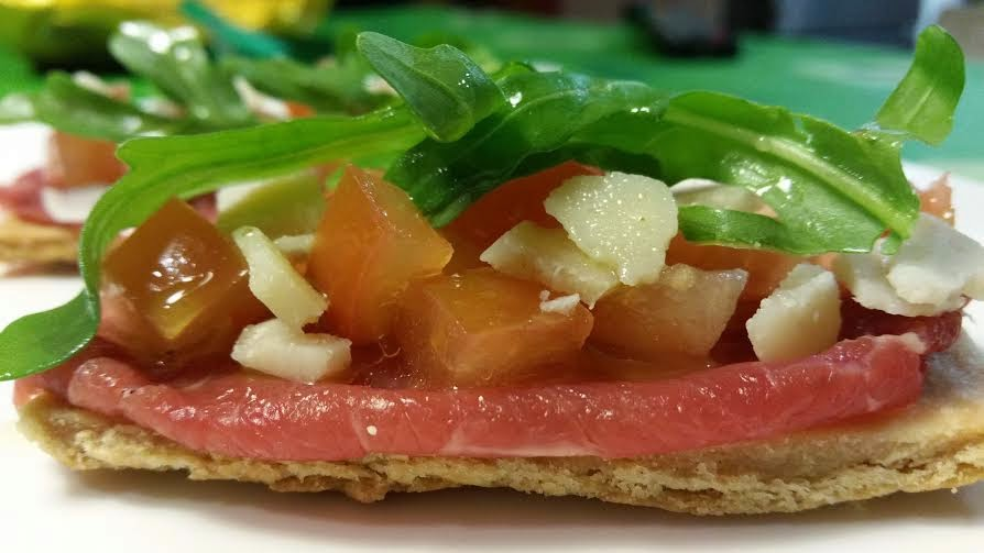 tosta de aceite con carpaccio de ternera tomate y parmesano
