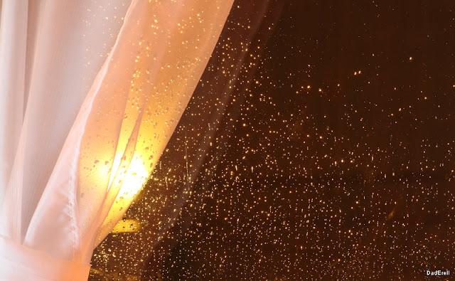 Gouttes de pluie sur le carreau d'une fenêtre