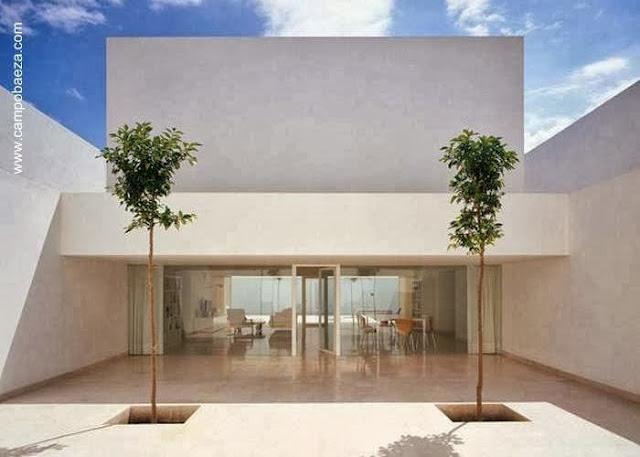 Interior de la residencia minimalista vista desde un patio