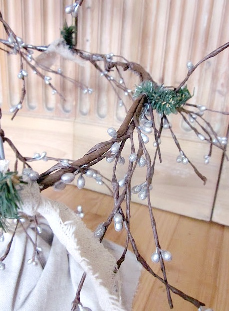How to Make a Wire Christmas Tree With Garland. Homeroad.net