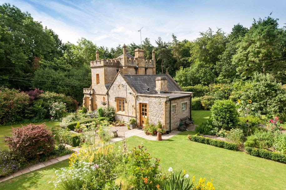 01-Molly-s-Lodge-Molly-s-Lodge-the-Smallest-Castle-in-England-www-designstack-co