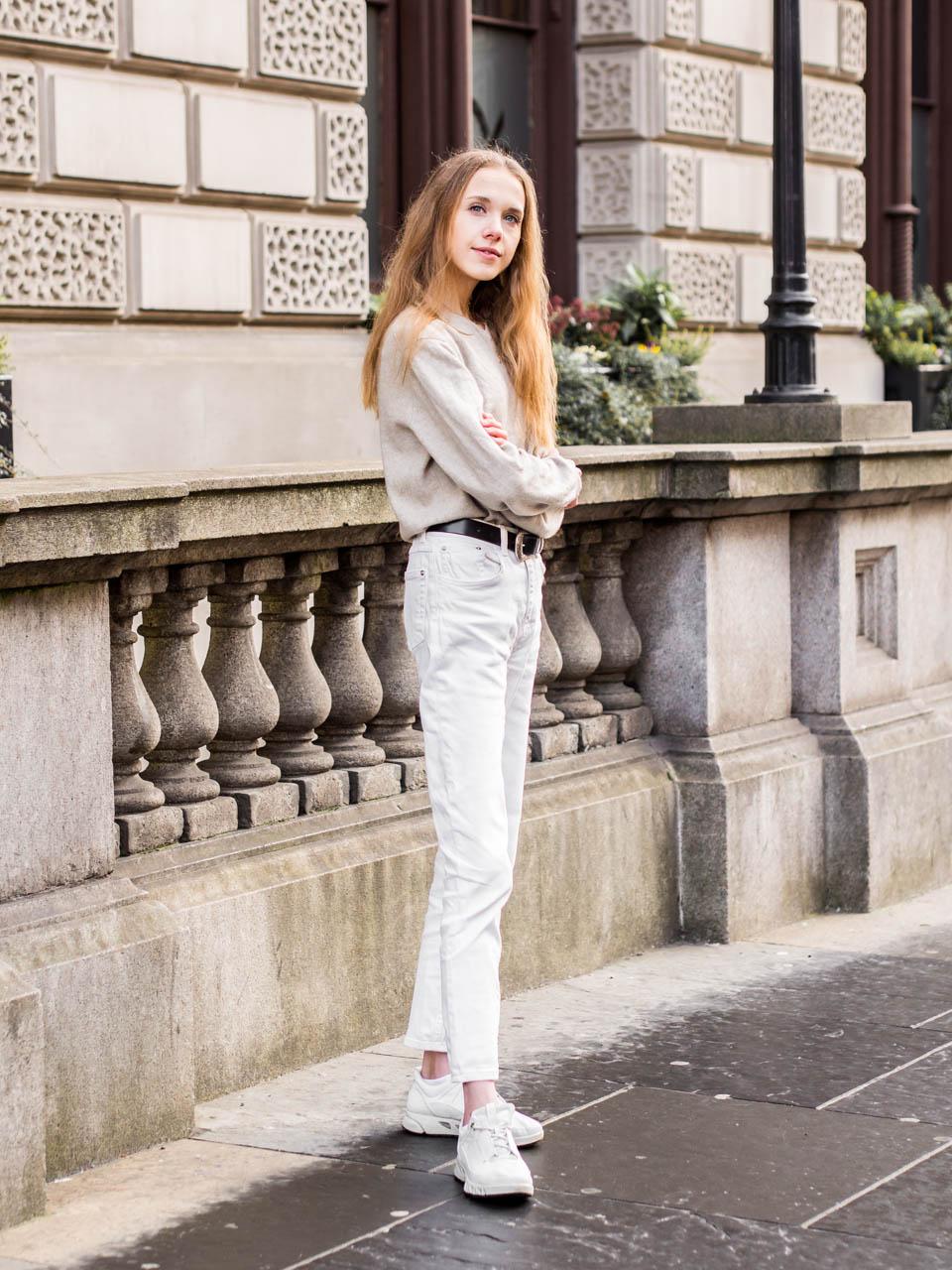 Neutral outfit with jeans and jumper // Farkut ja neule, neutraalit värit, syysmuoti