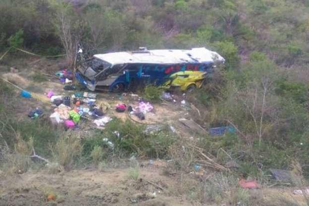 Acidente com ônibus de turismo mata seis pessoas na BA