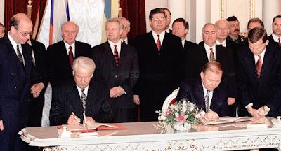 """Порошенко запропонував скасувати окремі положення """"великого договору"""" з Росією"""