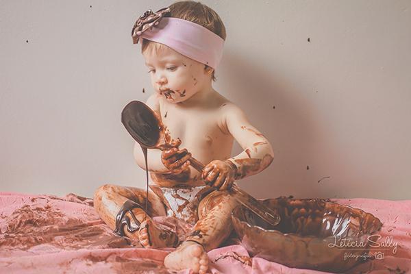 Resultado de imagem para menina comedo chocolates