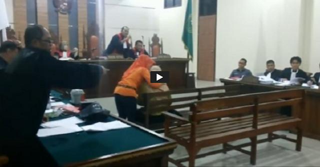 Istri Anggota DPR Menangis Histeris di Ruang Sidang Saat Hakim Menanyakan Tentang Kematian Suaminya