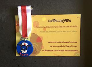 medalla en fimo con fondo azul con una silueta de enfermera