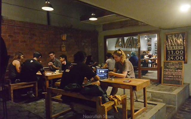 Pengunjung manca lebih suka berada di bagian luar kedai kopi