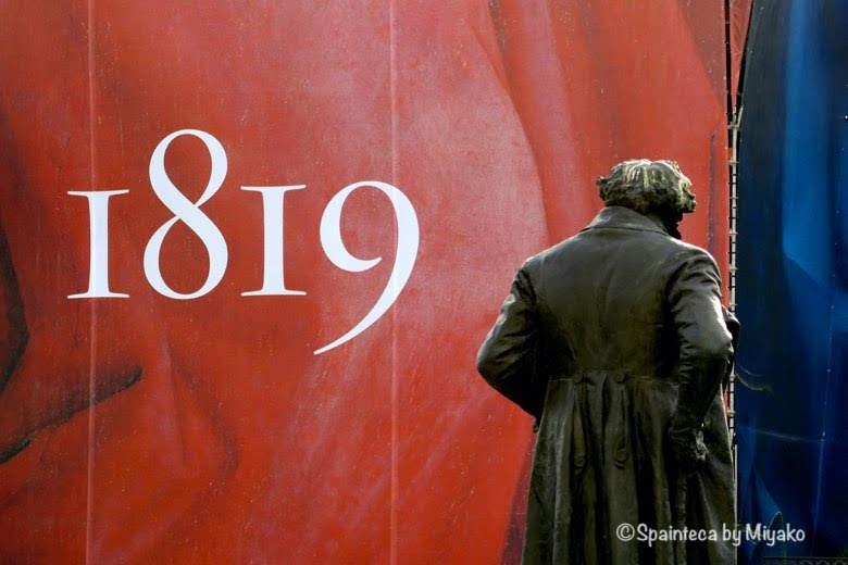 Museo del Prado ゴヤ像とプラド美術館200周年記念の外観