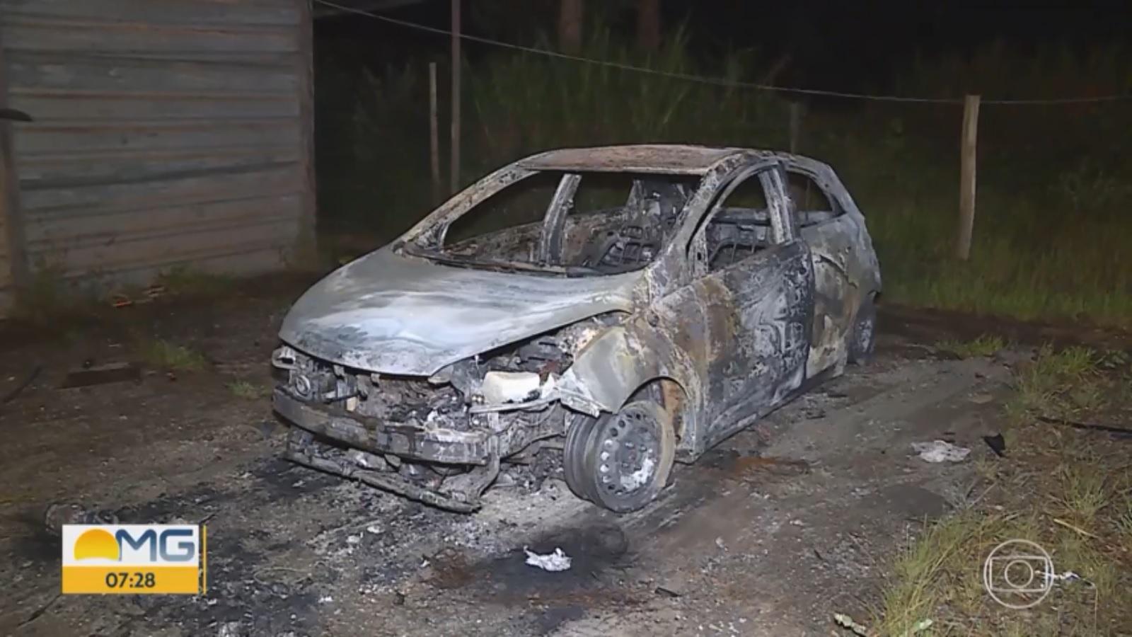 Carro clonado é destruído na BR-040, em Nova Lima