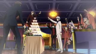 Bohaterowie Gintamy wznoszący toast alkoholem