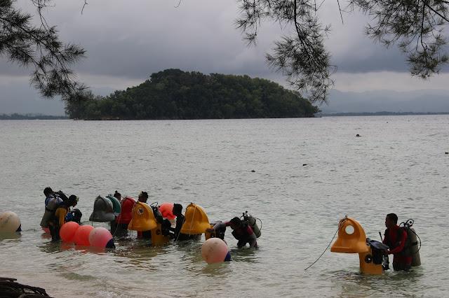 Aktifitas di pinggir pantai Manukan Island