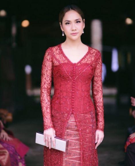 Model Baju Kebaya Bunga Citra Lestari Warna Merah Transparan Artis Cantik dan Anggun BCL