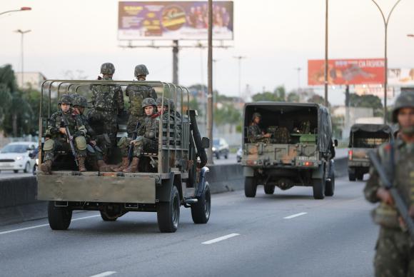 Tropas do Exército patrulham a Linha Vermelha após o início da operação de reforço das Forças Armadas na segurança do Rio de Janeiro Fernando Frazão/Agência Brasil