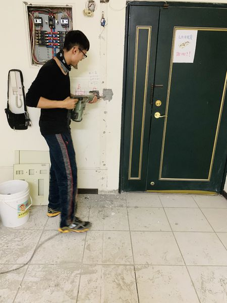 水電師傅開始打牆壁
