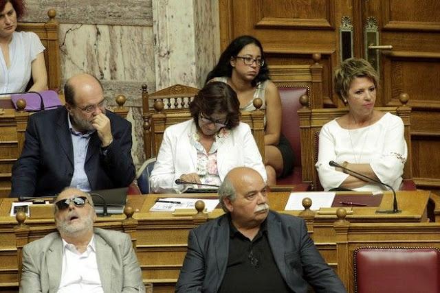 Αποτέλεσμα εικόνας για Βουλευτες κοιμουνται και παιζουν καικαπνιζουν  στη βουλη