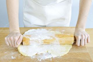 Estirado de la masa de galletas para posteriormente ser cortadas con un cortador de galletas