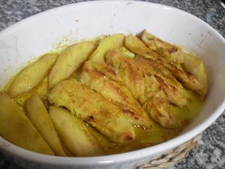 Fuente con tiras pechuga asada untadas de mantequilla y miel al curry