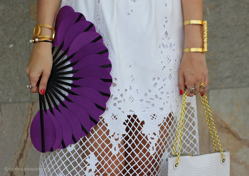 como-una-aparición-street-style-fashion-street-looks-moda-en-la-calle-accesories-fan-gold-romantic-abanico-summer-chic-white-purple