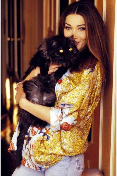 Foto de Carla Bruni posando con su gato