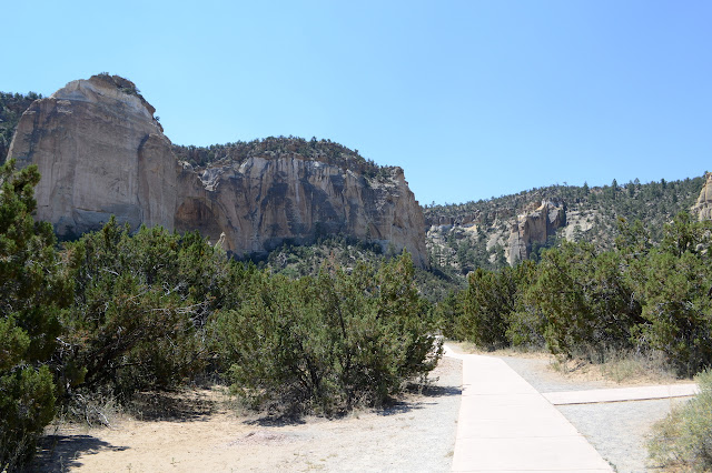La Ventana Arch and the path to it