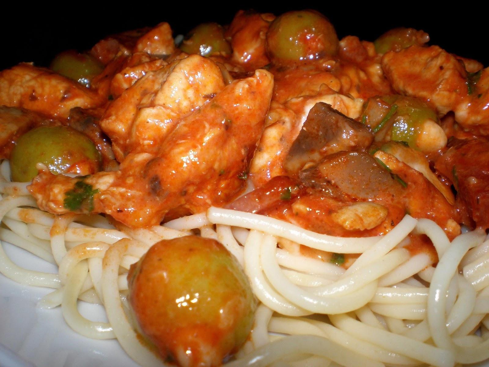 Spaghetti cu piept de pui, măsline umplute cu migdale și cubulețe de mozzarella
