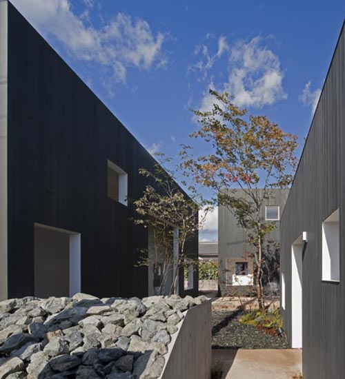 """Separate Garage Block Possibly With Studio Accommodation: """"The Tsumuji"""" Family House By UID Architects"""
