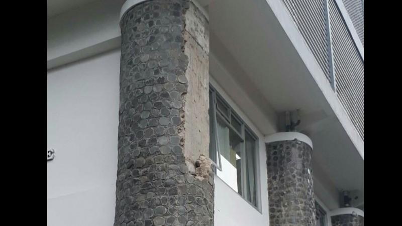 Penampakan dari dekat pilar yang roboh