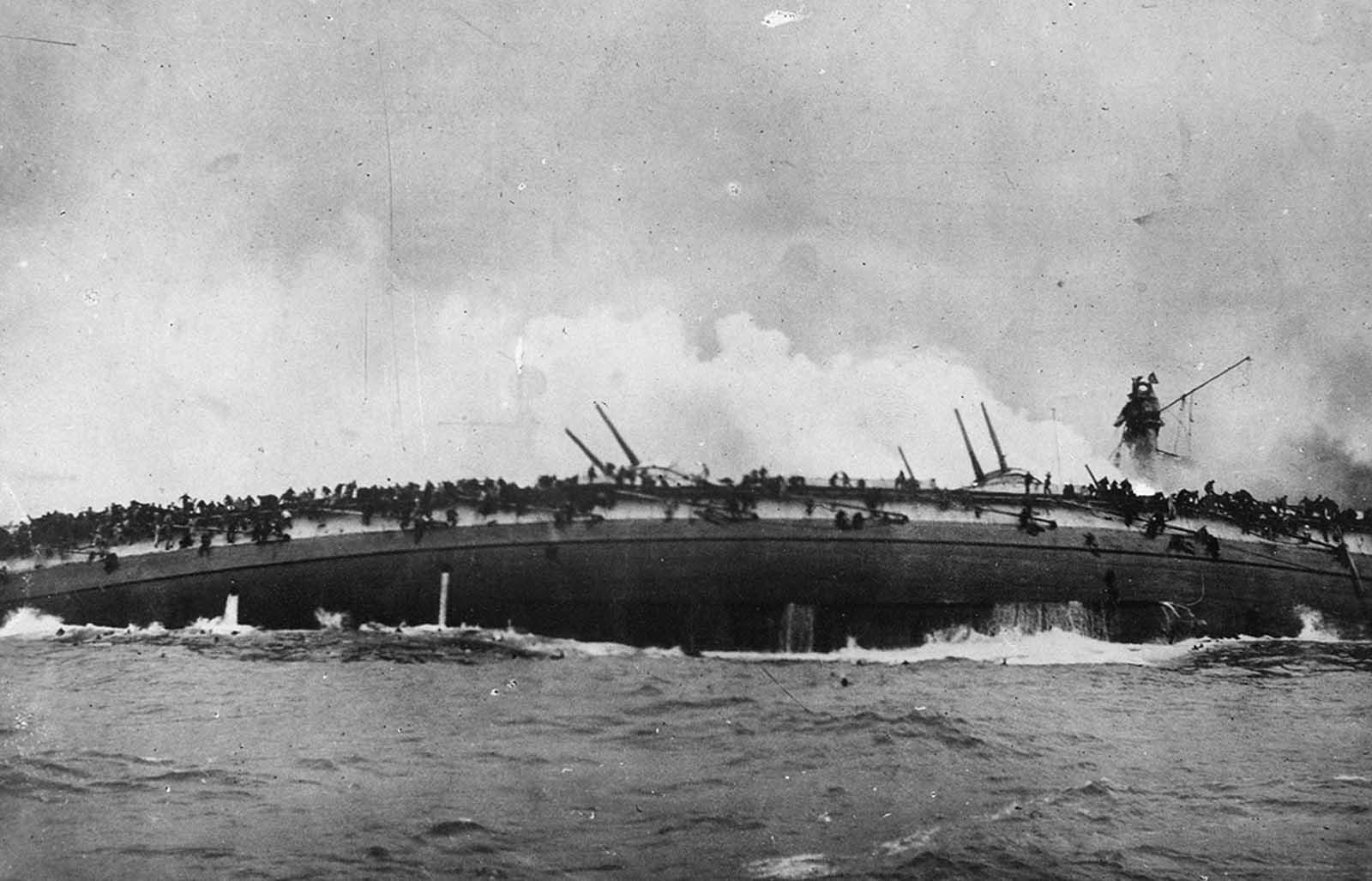 A német Cruiser SMS Bluecher elsüllyedése az északi-tengeri Dogger Bank csatájában, a német és a brit félelem között, 1915. január 24-én. A Bluecher közel ezer tengerész veszteségével elsüllyedt.  Ezt a fényképet a brit Cruiser Arethusia fedélzetéről készítették.