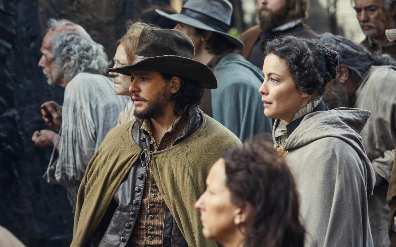 Kit Harrington y Liv Tyler en una escena de Gunpowder