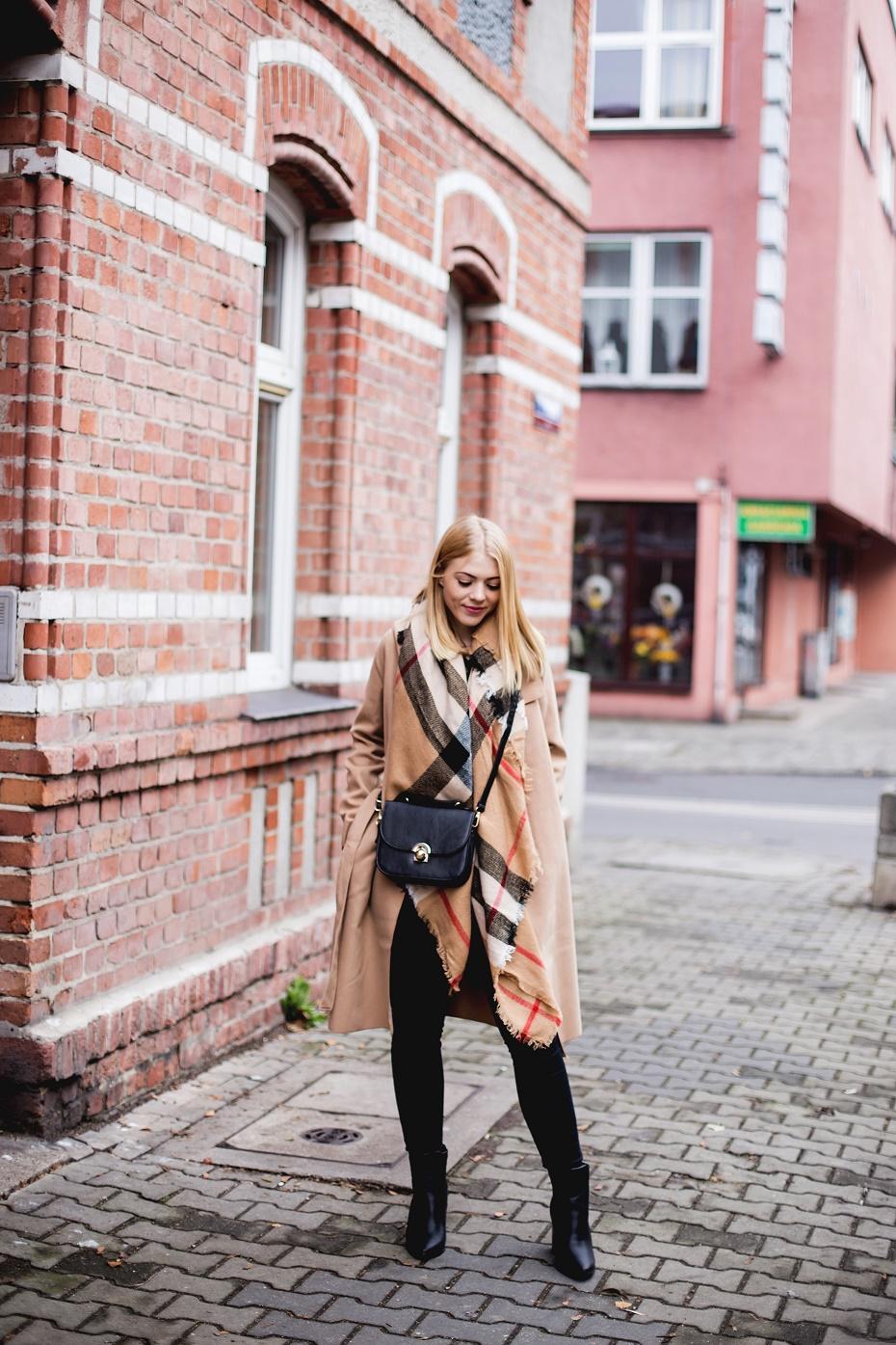 Camelowy płaszcz