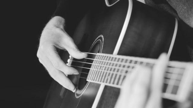 memetik gitar dengan jari
