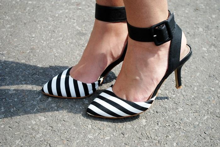sandały w paski