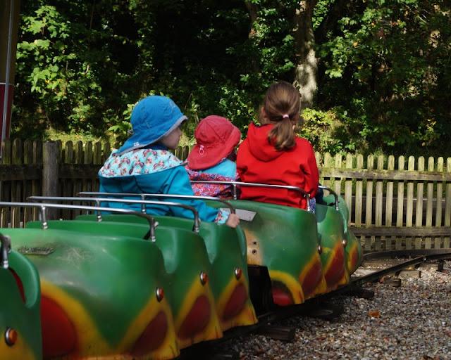 Die Tolk-Schau: Ein spannender Familien-Freizeitpark für Groß und Klein. Die Raupenbahn für Kleinkinder.