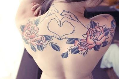 tatuaje de rosas y manos haciendo un corazon
