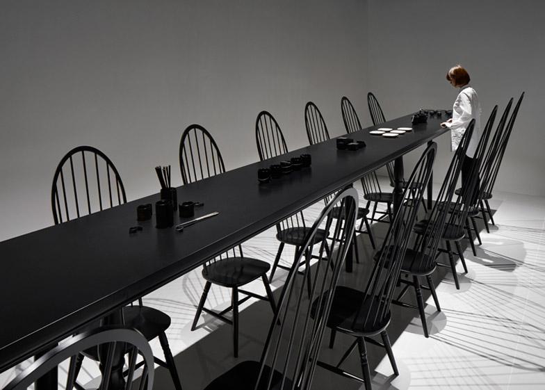 Tavolo Nero Sedie Bianche.Illusione Ottica Per Il Tavolo Da Pranzo Di Nendo Esposto Al