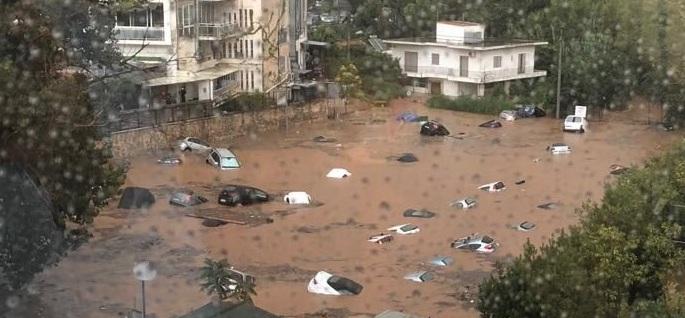 Πνίγονται τα Βόρεια Προάστια: Αυτοκίνητα βυθίστηκαν σε υπαίθριο πάρκινγκ