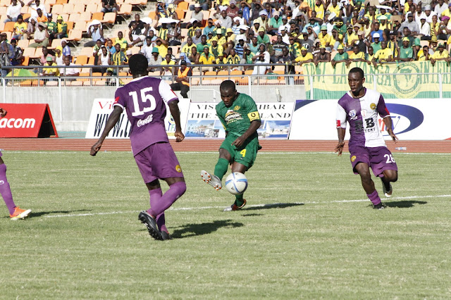 Yanga Stricker, Deus Kaseke crosing Mbeya City defenders