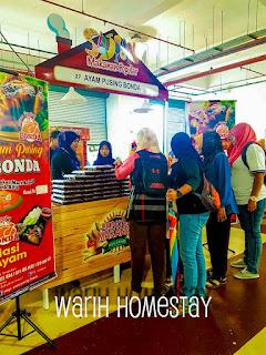 Warih-Homestay-Ayam-Pusing-Bonda-Melayan Pelanggan