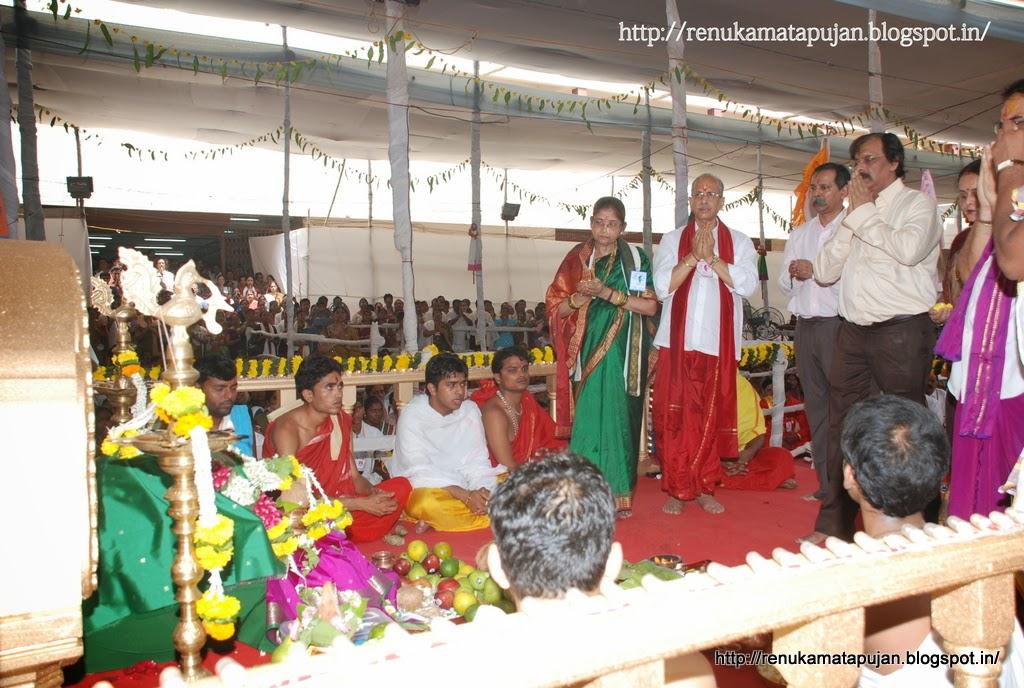 AniruddhaBapu-taking-darshan-of-Renuka-mata