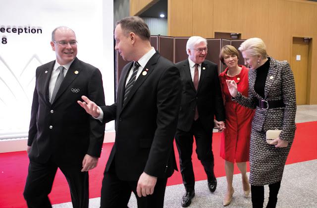 Prezydent Andrzej Duda z żoną rozmawiają z politykami