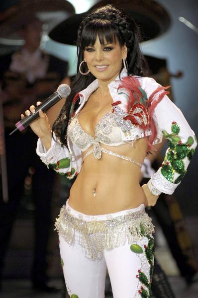 Foto de Maribel Guardia con vestimenta de cantante