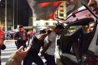 Muçulmanos jogam bomba contra pacífico grupo contrário à Lei de imigração em SP