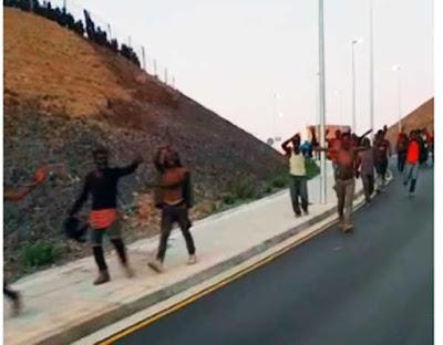 Esta madrugada unos 600 inmigrantes saltaron la valla de Ceuta y atacaron con cal viva a la Guardia Civil / imagen de vídeo