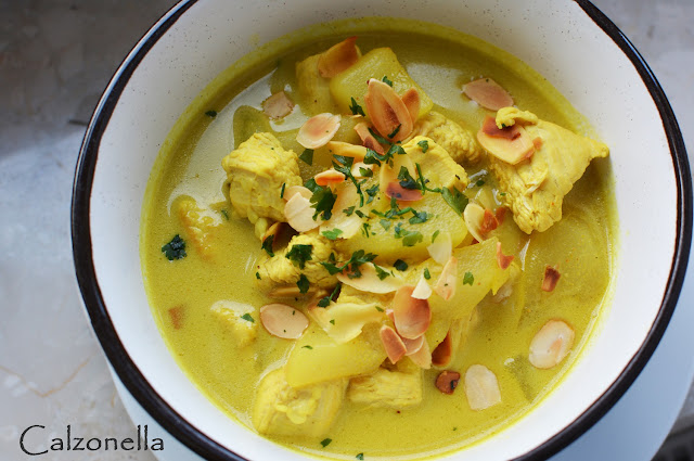 kurczak-curry-z-gruszką-migdalami