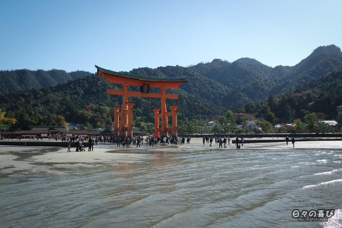 Vue sur le torii et le sanctuaire Itsukushima depuis la plage à marée basse, Miyajima, Hiroshima-ken