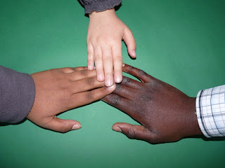 Was Kinder noch sehr gut schaffen, fällt vielen Erwachsenen enorm schwer: Tolerant und offen gegenüber anderen sein.