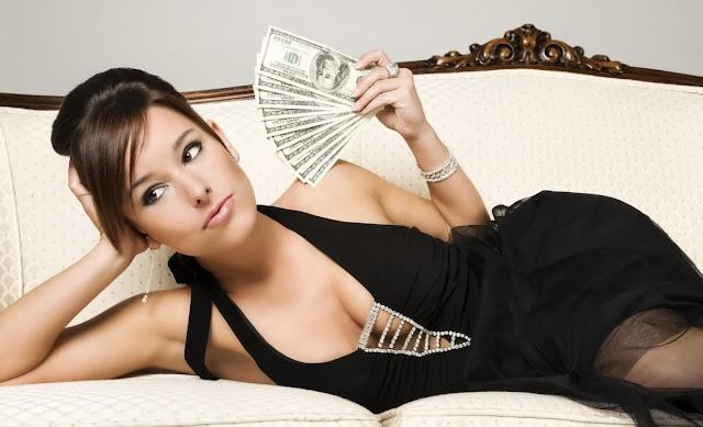 Mujer elegante gozando de una cantidad de billetes
